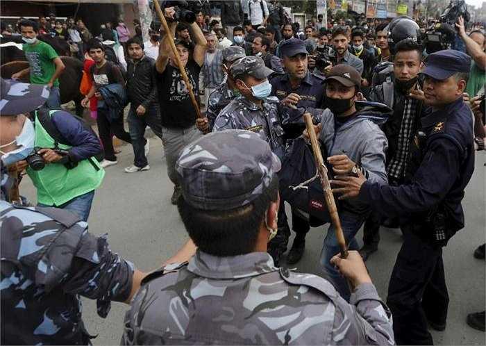 Nạn nhân trận động đất ẩu đả với cảnh sát Nepal. Người dân đang cố gắng ngăn chặn một con đường gần tòa nhà Quốc hội khi họ cho rằng sự hỗ trợ của chính quyền quá chậm trễ.