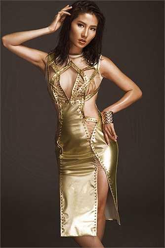 Người đẹp khoe cơ thể mờ ảo với váy trong suốt