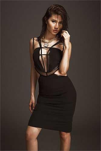 Trong các bộ hình thời trang, cô cũng được hướng tới hình tượng bốc lửa