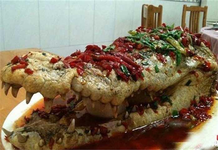 Hồi đầu năm nay, tiệc cưới của một đại gia ở thành phố Tiêu Sơn, tỉnh Chiết Giang (Trung Quốc) đã khiến các thực khách hoảng hồn khi thấy gia chủ bày món cá sấu nguyên con sốt cà chua trên bàn tiệc. Những người phục vụ xẻ thịt con vật và đem tới các mâm để phục vụ khách. Món ăn kinh hoàng giá 'chát' của giới đại gia này đã gây xôn xao dư luận ở Trung Quốc.