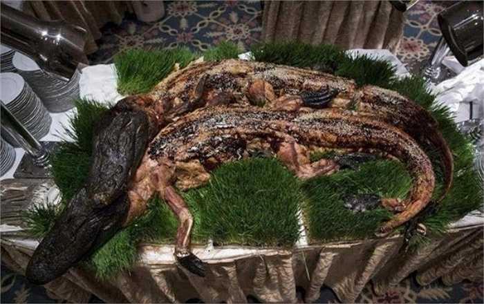 Còn đây là món cá sấu mõm ngắn nướng nguyên con, còn nguyên đầu. Đây là một trong những món ăn được giới đại gia Trung Quốc yêu thích bởi họ cho rằng thịt cá sấu ăn rất bổ và thơm ngon.