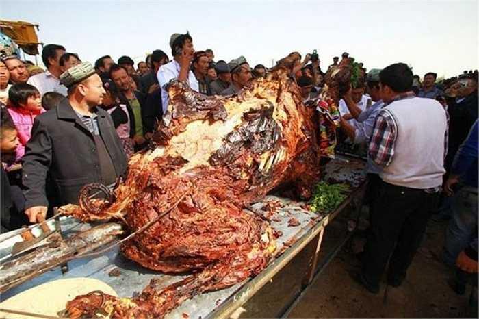 Lạc đà nhồi nguyên con không có tên gọi rõ ràng nhưng là món ăn truyền thống khá phổ biến dịp lễ cưới trong cộng đồng Bedouin. Bedouin là một dân tộc Ả Rập chủ yếu sống du mục trên sa mạc nên lạc đà là loại động vật thân thiết với họ hơn cả.