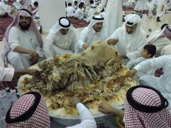 Công thức 'nhồi trong nhồi' của món ăn lớn nhất thế giới được thực hiện bằng cách nhét một con cá vào một con gà, rất nhiều con gà được nhồi trong một con cừu non, cuối cùng con cừu được đặt vào bụng con lạc đà. Lạc đà sau khi được nhồi 'đẫy' thịt sẽ được quay tới khi da chín vàng giòn. Quá trình này phải mất một ngày và cần tới một hố than lớn. Món ăn khi hoàn thành có thể đủ phục vụ 80-100 người thưởng thức.