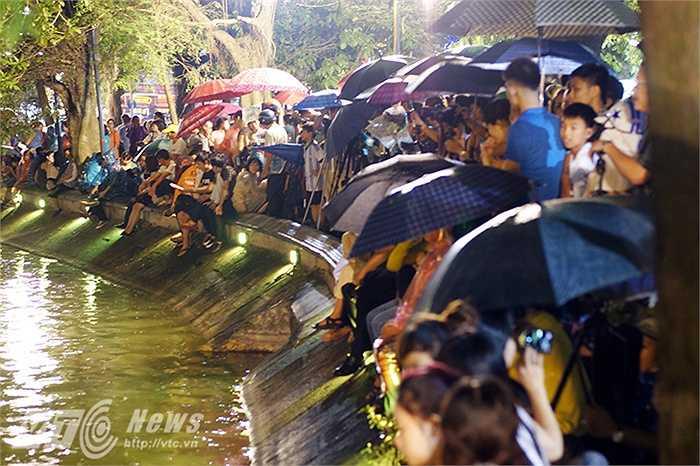 Dù đến 21 giờ, các màn pháo hoa mừng 40 năm ngày giải phóng miền Nam, thống nhất đất nước mới khai hoả nhưng người dân ở Hà Nội không ngại mặc áo mưa ngồi dưới trời mưa chờ xem pháo hoa từ sẩm tối.