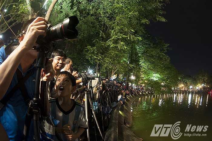 Những tay máy cũng đã sẵn sàng để chụp ảnh pháo hoa