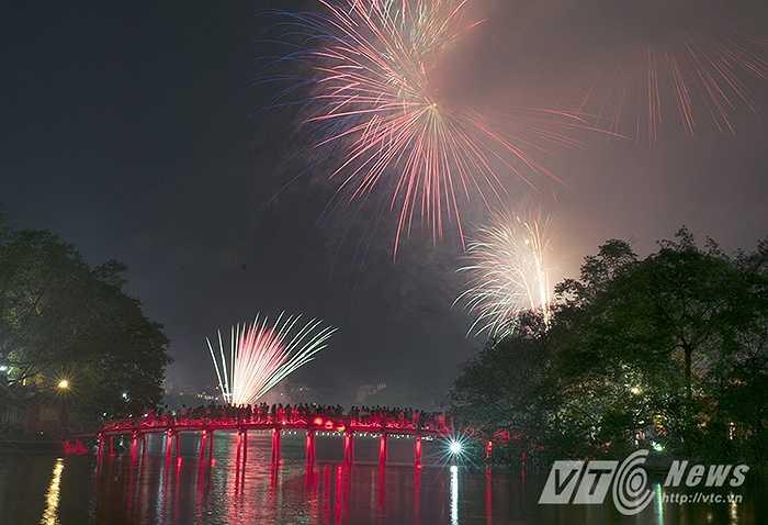 Những chùm pháo hoa rực sáng trên bầu trời Hà Nội