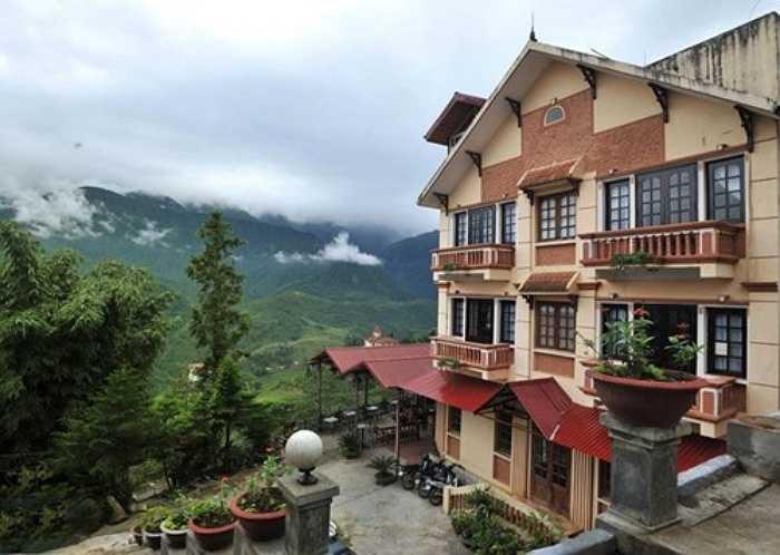 Khách sạn Eden View Hotel cách trung tâm thị trấn SaPa khoảng 0,1 km. Đây là một trong những khách sạn được lòng khách du lịch vì vị trí ngắm cảnh đẹp.
