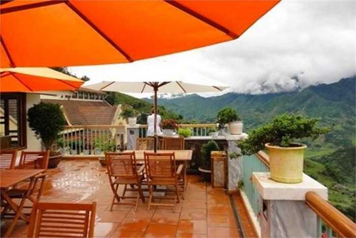 Khách sạn này có tầm nhìn tuyệt đẹp ra thung lũng Violet và đỉnh Fansipan. Sunny Mountain khá tiện lợi với hồ bơi trong nhà và dịch vụ spa.