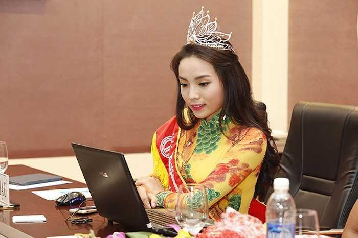 Hoa hậu Việt Nam 2014, Nguyễn Cao Kỳ Duyên sau khi đăng quang, nhan sắc và thời trang của cô khi đó là đề tài tranh luận của nhiều người