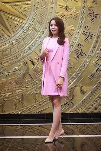 Kỳ Duyên khá yêu thích màu hồng và cô cũng chịu khó thể hiện bản thân với sắc màu này