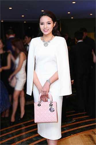 Hoa hậu sang trọng và thanh lịch với chiếc váy dáng cape màu trắng ngọc ngà