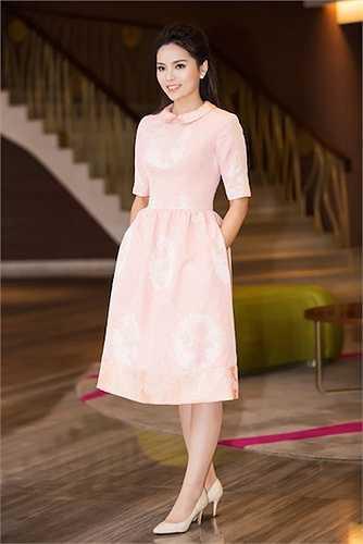 Váy midi tay lửng màu hồng pastel cho Kỳ Duyên vẻ đẹp thanh tân
