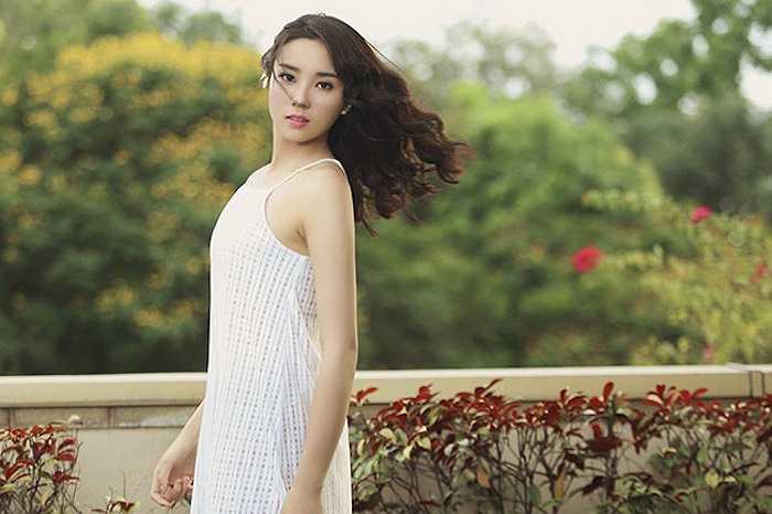Cô mặc chiếc váy dây trắng với phần xuyên thấu duyên dáng