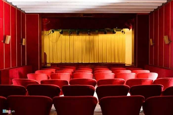 Trong Dinh cũng có một rạp xem phim nhỏ, chứa được 50 khán giả, chuyên trình chiếu các phim tài liệu lịch sử phục vụ du khách khi cần.
