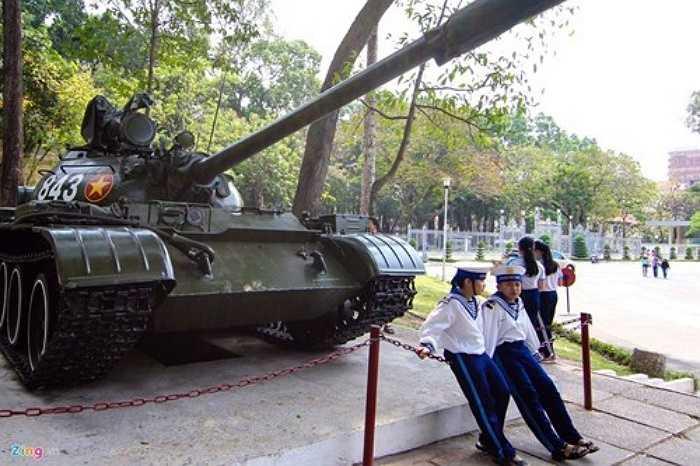 Tại sân trưng bày 2 chiếc xe tăng, một chiếc số hiệu 843 của quân giải phóng thuộc Ðại đội 4, Tiểu đoàn 1, Lữ đoàn xe tăng 203, Quân đoàn 2 dẫn đầu đội hình đã húc nghiêng cổng phụ của Dinh Ðộc Lập lúc 10h45 ngày 30/4/1975.