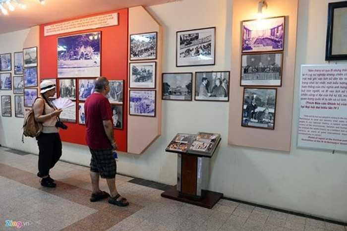 Khu vực trưng bày các bức ảnh và vật dụng thời kỳ kháng chiến chống Mỹ, đặc biệt là những tư liệu lịch sử về Chiến dịch Hồ Chí Minh 1975. Mỗi ngày có hàng trăm du khách ghé thăm, nhiều nhất là dịp cuối tuần, trong đó chủ yếu là người nước ngoài. Để tiện lợi cho việc tìm hiểu lịch sử từ ngày xây dựng đến khi giải phóng, Ban quản lý bố trí phòng thông tin với đầy đủ hình ảnh tư liệu, di vật qua các quá trình.