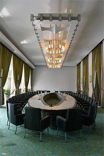 Đặc biệt trong Dinh Thống Nhất có nhất nhiều phòng được trang trí theo phong cách khác nhau tùy theo mục đích sử dụng. Trong ảnh là phòng họp nội các dưới thời chế độ cũ.