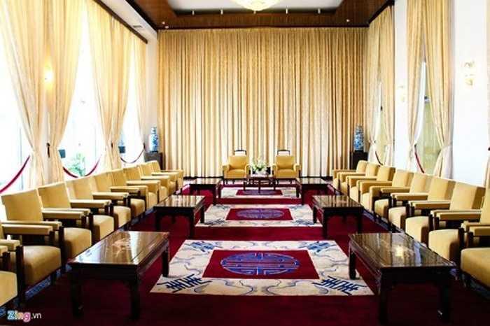 Phòng tiếp khách của phó tổng thống tại tầng 2. Bên trong có trưng bày 2 bức tranh sơn mài của Thái Văn Ngôn vẽ năm 1966 và bức tranh Khuê Văn Các (Văn Miếu, Hà Nội).