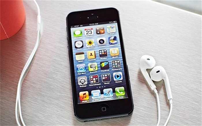Sau thành công bùng nổ của iPhone 4/4S, nhà sản xuất Mỹ tiếp tục làm một cuộc cách mạng nữa về thiết kế khi quay lại mặt lưng bằng kim loại cũng như kéo dài màn hình 3,5 inch lên thành 4 inch