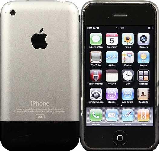 Năm 2007, là năm mà chiếc iPhone đầu tiên ra đời: iPhone 2G. iPhone hoàn toàn phụ thuộc vào giao diện cảm ứng, dùng màn hình 3.5 inch và chỉ có một nút bấm ở mặt trước (nút Home). Các đối thủ trong thời gian này chưa thực sự chú ý tới iPhone