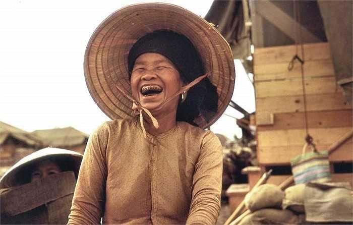 Hình ảnh người phụ nữ Việt Nam làm việc tại căn cứ ở Dầu Tiếng