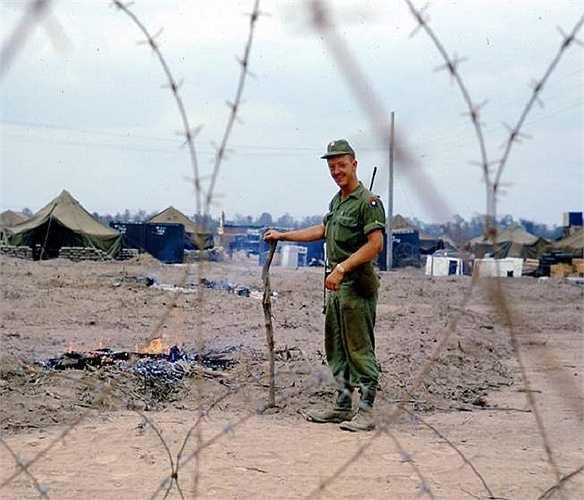 Binh sĩ thuộc Sư đoàn bộ binh 9 đốt các nhánh cây sau khi phun chất độc da cam quanh trại Bearcat