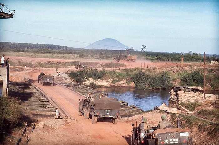 Tiểu đoàn 2, trung đoàn pháo binh 77 thuộc Sư đoàn bộ binh 4 của Mỹ di chuyển qua sông Sài Gòn tới Lộc Ninh