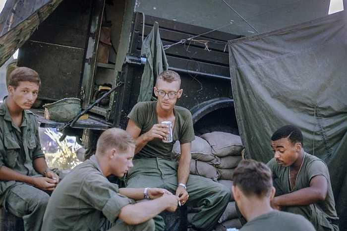 Hình ảnh binh sĩ Mỹ ngồi chơi bài, trong ảnh có bạn thân của Gaynor, trung sĩ Dick Jackson, và đồng đội.
