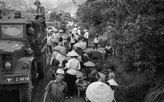 Binh lính Mỹ ngồi trên xe tải đi giữa đám đông