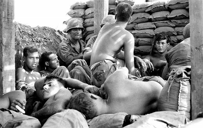Binh sĩ quân đoàn pháo binh 77, Sư đoàn bộ binh 25 của Mỹ trú ẩn tránh đạn pháo
