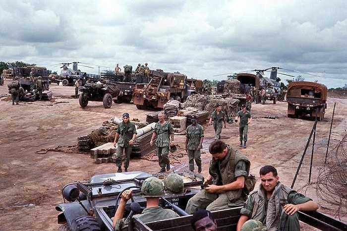 Binh lính tiểu đoàn 2, quân đoàn pháo binh 77, Sư đoàn bộ binh 25 của Mỹ tập trung tại Dầu Tiếng để chuẩn bị cho đợt tấn công gần biên giới Campuchia