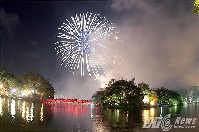 Mặc dù thời gian bắt đầu bắn pháo hoa là 21 giờ, tuy nhiên ngay từ sớm, rất đông người dân đã đổ dồn về khu vực Hồ Gươm để chờ xem pháo hoa.