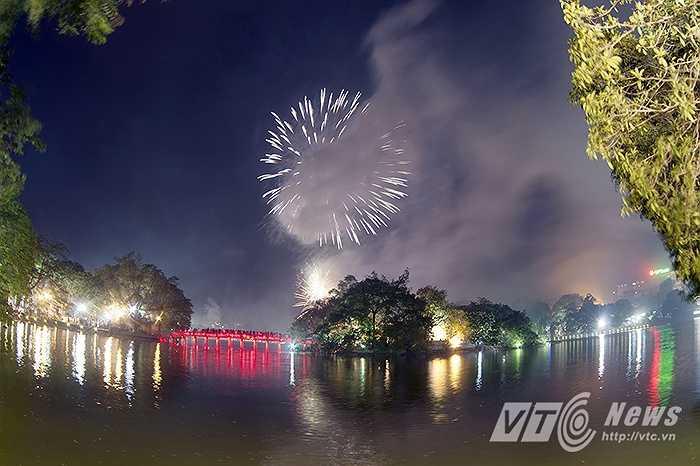 Dù trời đổ mưa nhưng nhiều người dân Thủ đô vẫn đổ dồn về Hồ Gươm và chọn vị trí đẹp ngồi chờ xem màn pháo hoa tầm cao chào mừng ngày thống nhất đất nước 30/4.