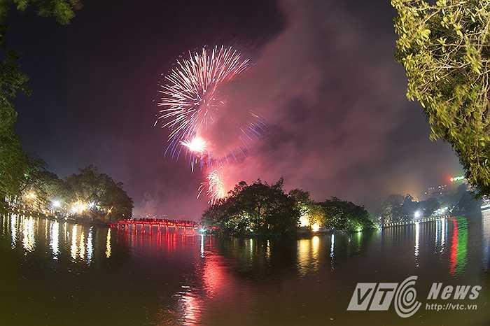 Sắc màu của pháo hoa làm khán giả Thủ đô tạm quên cơn mưa to vừa ập đến trước đó không lâu.