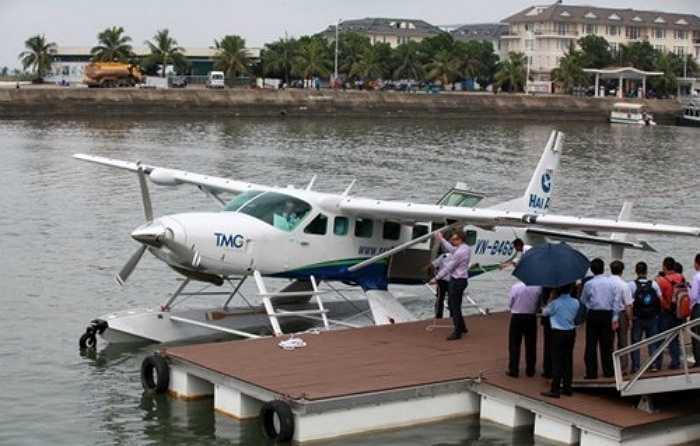 Một hình thức du lịch khác bằng thủy phi cơ, bay ngắm cảnh 25 phút khoảng 5 triệu đồng/người. Tùy vào thời gian di chuyển, mức giá sẽ tăng lên 7 triệu đồng (hành trình 40 phút).