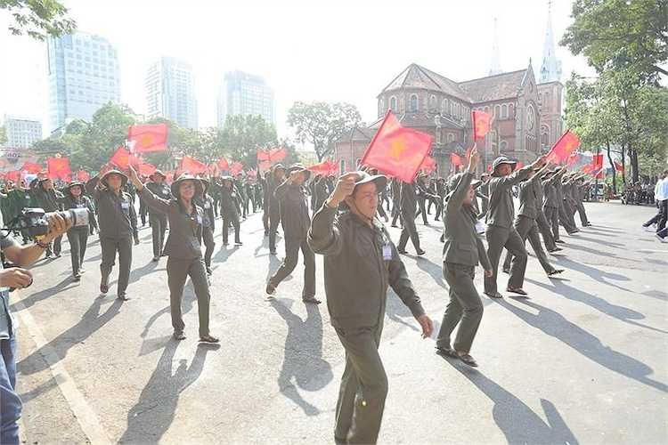 7h sáng, 6.000 người tham gia lễ diễu binh, diễu hành trọng thể mừng lễ 30/4 tại lễ đài trước hội trường Dinh Thống Nhất, ngay ngã tư Lê Duẩn - Pasteur, Công viên 30-4 (TP HCM).