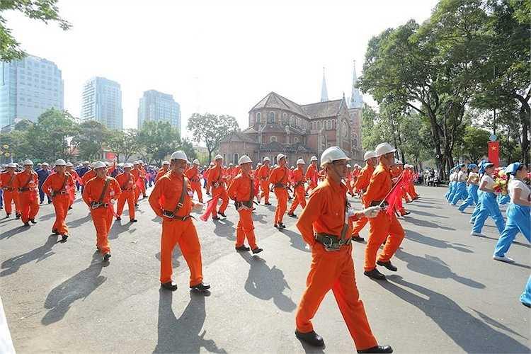Trong lễ mittinh, huy động bảy khối diễu hành quần chúng và một khối diễu hành nghệ thuật. Khoảng 1.750 người tham dự mittinh trên các khán đài và hơn 6.000 người tham gia khối đứng nền phục vụ diễu hành.