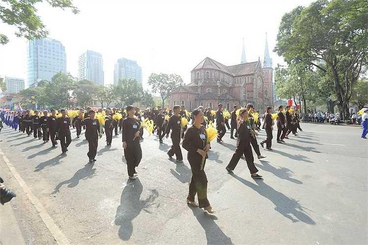 Đúng 8h, chương trình diễu binh, diễu hành kỉ niệm ngày giải phóng miền Nam, thống nhất đất nước bắt đầu, Trung tướng Nguyễn Quốc Khánh, Phó tổng tham mưu trưởng Quân đội nhân dân Việt Nam điều hành buổi diễu binh, diễu hành.