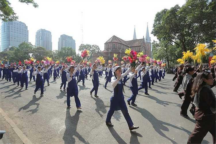 Đi đầu đoàn diễu binh là Quốc huy Nước CHXH Chủ Nghĩa Việt Nam, tiếp đó là 54 đội nam nữ đại diện cho 54 dân tộc anh em trong toàn lãnh thổ nước Việt Nam. Tiếp đó là khối cờ Đảng và chân dung Chủ tịch Hồ Chí Minh.