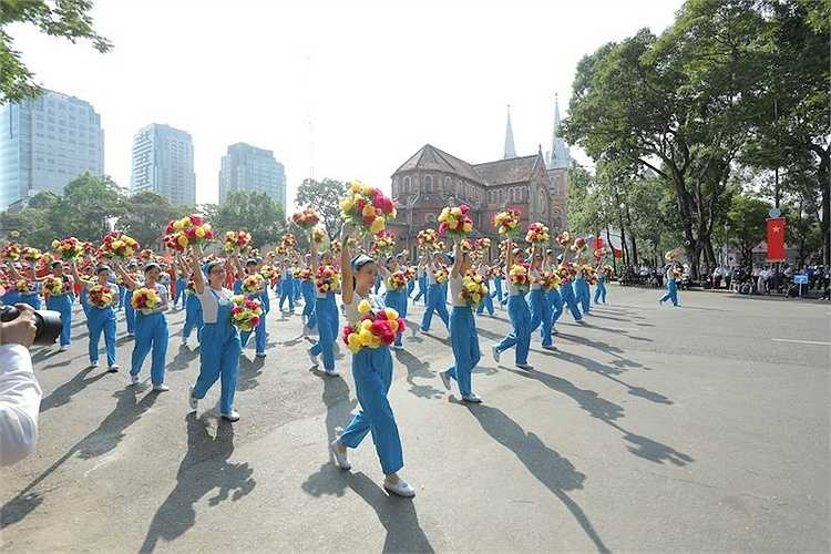 Cuối cùng là phần diễu hành của khối Mặt trận tổ quốc Việt Nam, các tổ chức đoàn thể như: cựu chiến binh, công nhân, nông dân, thanh thiếu niên, nhi đồng, phụ nữ, khối tri thức và doanh nhân, khối các vận động viên, nghệ sĩ, diễn viên. Cùng với đó là các tiết mục nghệ thuật truyền thống và đương đại.