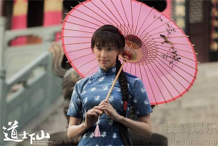 Trong phim, cô vào vai một thiếu nữ đôi mươi e ấp.