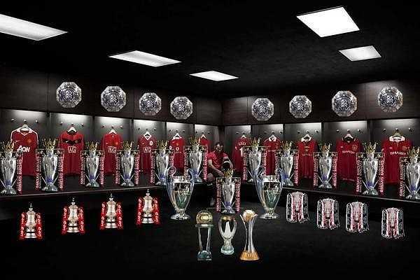 Ryan Giggs đã thi đấu 1.000 trận cho Man Utd trong 25 năm trắng tay của Liverpool và giành tới 13 chức vô địch Premier League.
