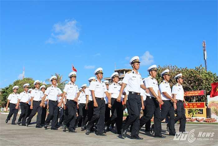 Các sỹ quan hải quân duyệt đội ngũ