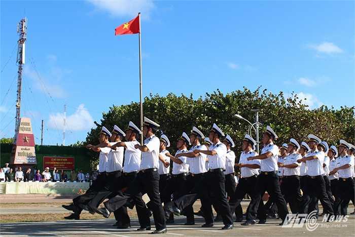 Duyệt đội ngũ qua lễ đài