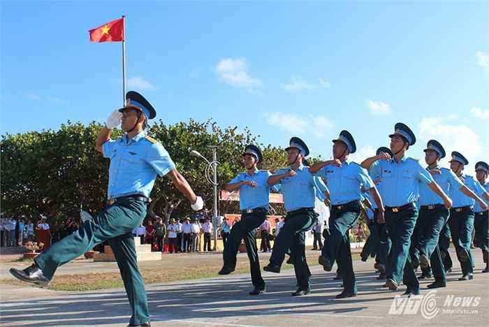 Các chiến sỹ không quân làm nhiệm vụ trên đảo Trường Sa
