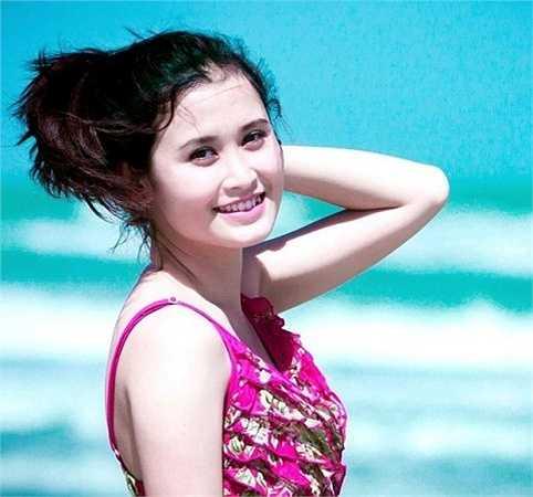 Cô giáo 9x cũng tham gia nhiều cuộc thi sắc đẹp và đạt được thành tích đáng kể như vào Chung khảo Gương mặt sinh viên Facelook 2012, Duyên dáng sư phạm 2011..
