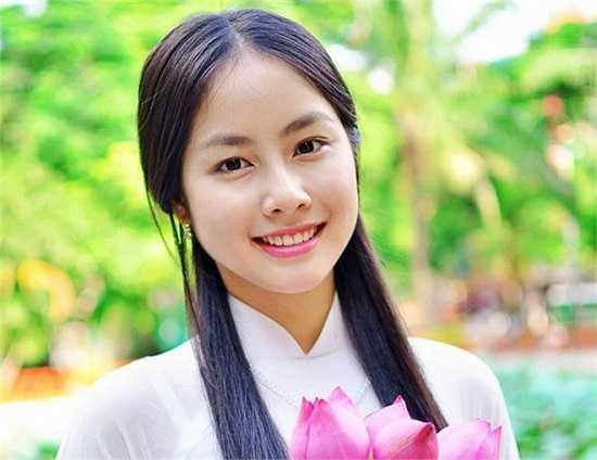 Võ Hồng Ngọc Huệ (20 tuổi) hiện là sinh viên năm 2 khoa Dược, Đại học Y Dược TP HCM. Ngọc Huệ gây chú ý khi có vẻ ngoài giống nữ diễn viên Hàn Quốc - Hong Soo Hyun.