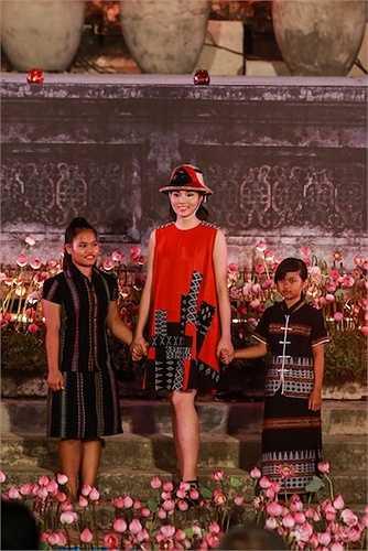 Cô xuất hiện cùng các cô gái người dân tộc Tà Ôi, người nắm giữ linh hồn của chất liệu được tôn vinh - thổ cẩm A Lưới.