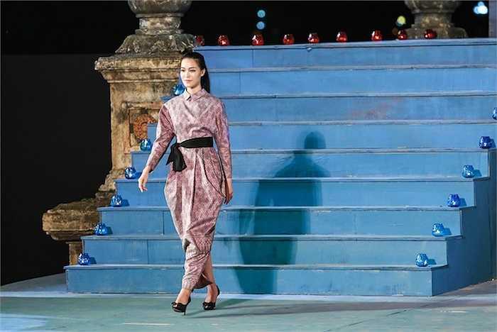 Cô diện những trang phục với chất liệu truyền thống của châu Á như vải batik, lụa ikat, tơ dứa, tơ chuối, thổ cẩm A Lưới, chiếu Ân Chá cùng nhiều kỹ thuật thủ công truyền thống như thêu, rua, vẽ, dệt, đan… 