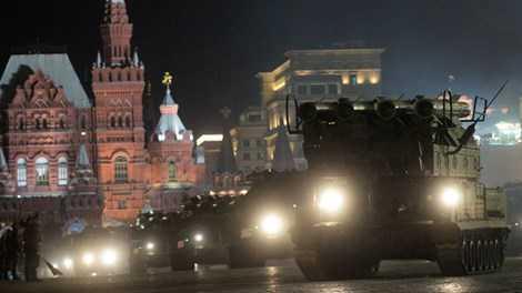 Xe tăng Nga diễn tập trước Quảng trường Đỏ